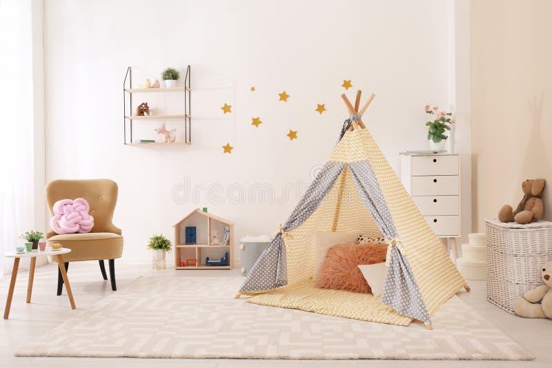 Het comfortabele binnenland van de jonge geitjesruimte met speltent royalty-vrije stock afbeeldingen