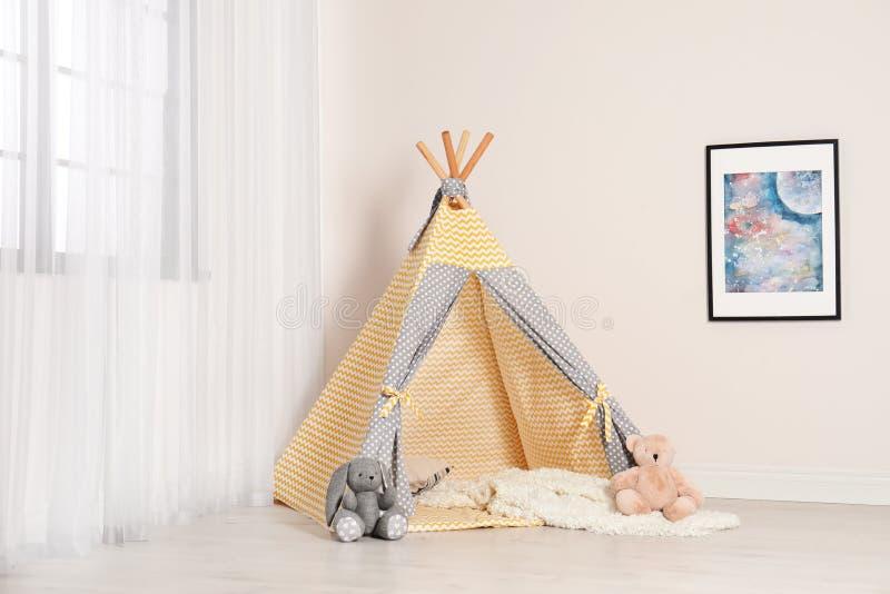 Het comfortabele binnenland van de kindruimte met speltent stock afbeeldingen