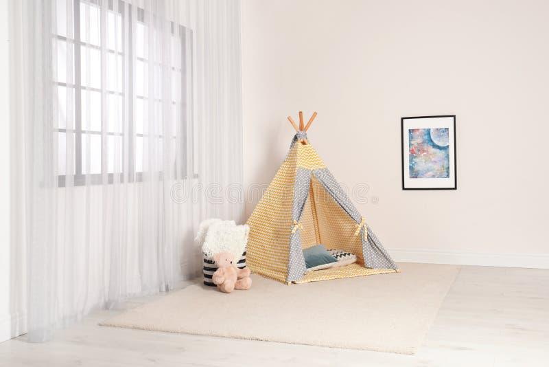 Het comfortabele binnenland van de kindruimte met speltent royalty-vrije stock foto's