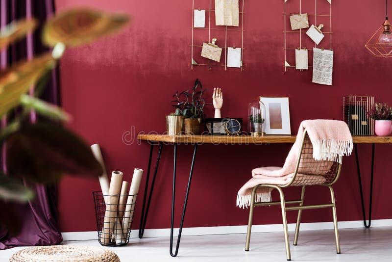 Het comfortabele bureau van het kersenhuis royalty-vrije stock afbeeldingen