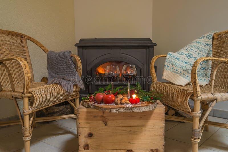 Het comfortabele Kerstmis of de winterbinnenland van het vakantiehuis met het branden van open haard stock fotografie