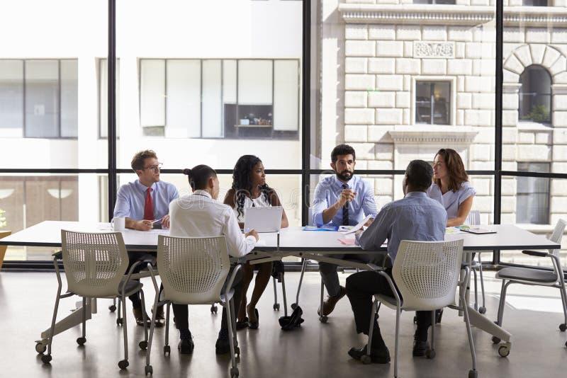 Het commerciële team bekijkt aan manager vergadering in open planbureau royalty-vrije stock fotografie