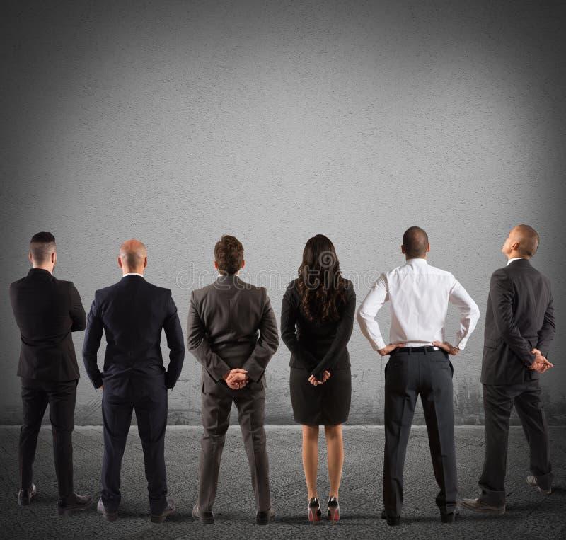 Het commerciële team bekijkt de muur royalty-vrije stock afbeelding