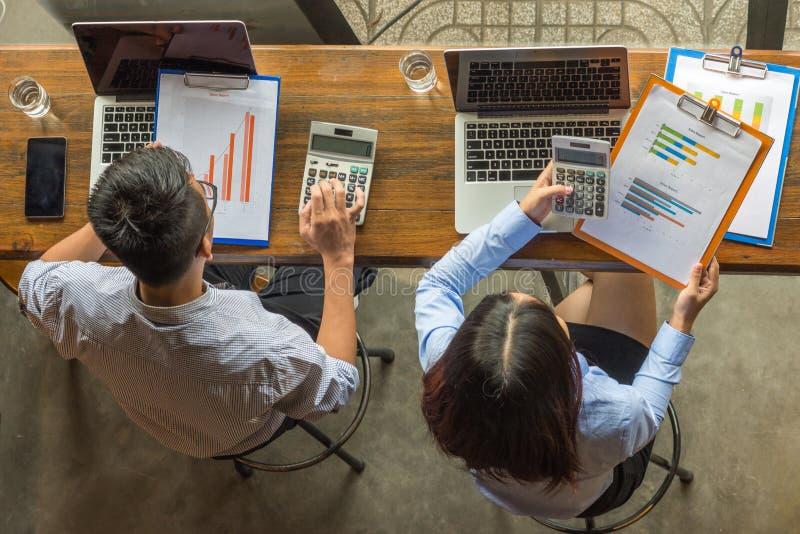 Het commerciële team berekent aantallen op rapport royalty-vrije stock foto
