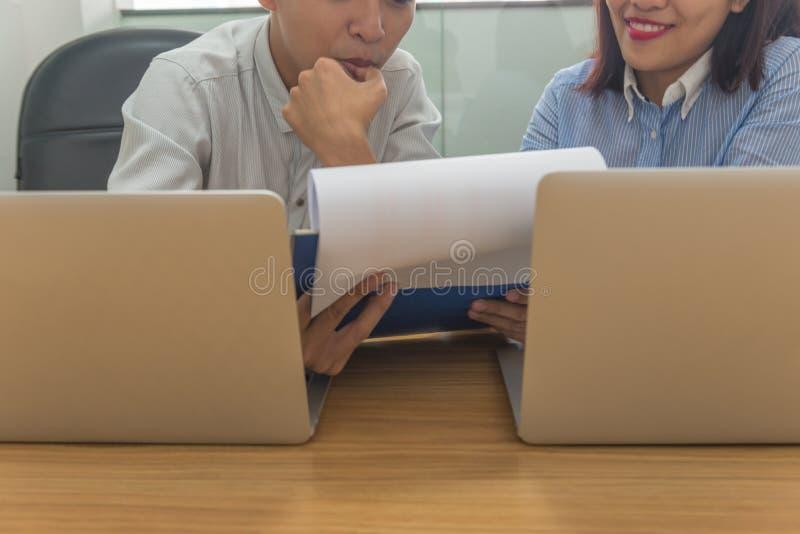 Het commerciële team bespreekt aan elkaar over financieel verslag in de vergaderzaal stock foto