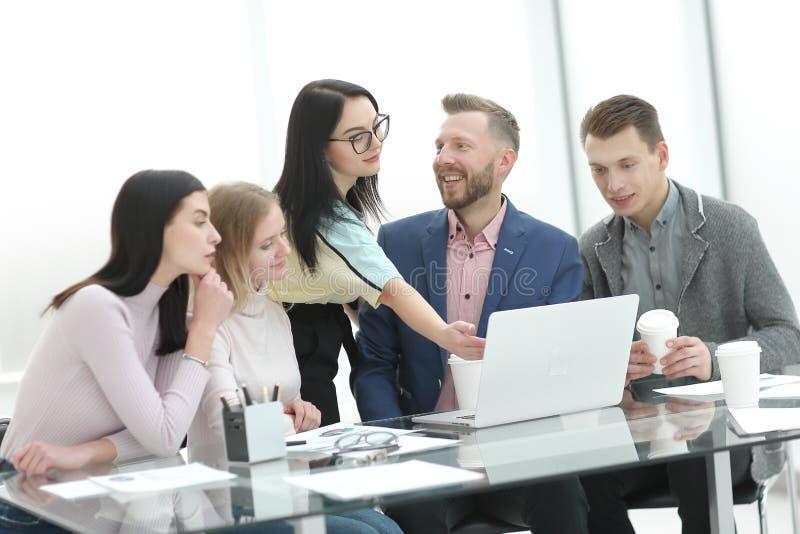 Het commerciële team bespreekt het nieuwe businessplan bij een briefing in het bureau royalty-vrije stock afbeelding