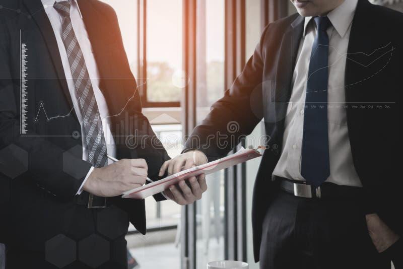 Het commerciële team die aanwezige en plan bespreken de financiële grafiekgegevens over bureau indienen, financiert, het rekensch royalty-vrije stock fotografie