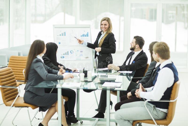 het commerciële team geeft een presentatie van een nieuw financieel project voor de partners van het bedrijf stock foto