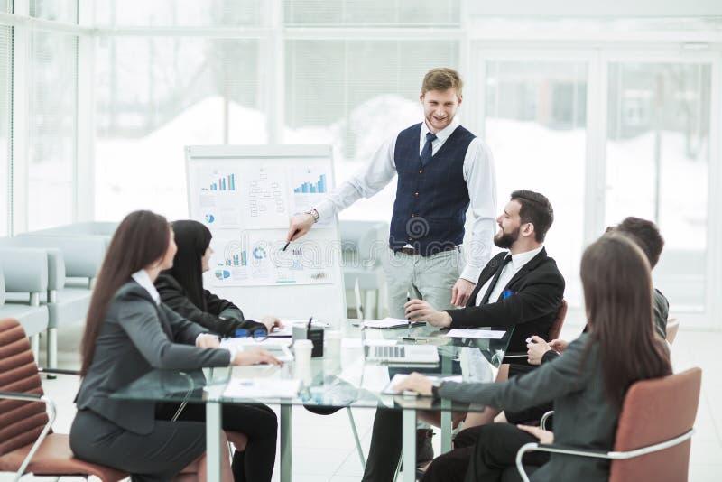 het commerciële team geeft een presentatie van een nieuw financieel project voor de partners van het bedrijf royalty-vrije stock afbeeldingen