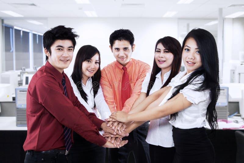 Het commerciële team hun toetreden dient het bureau in royalty-vrije stock foto