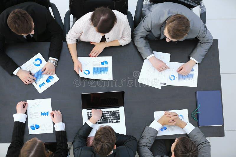 Het commerciële team leidt bedrijfsanalyse financiële grafieken royalty-vrije stock fotografie