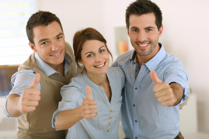 Het commerciële team met een positief kijkt stock foto
