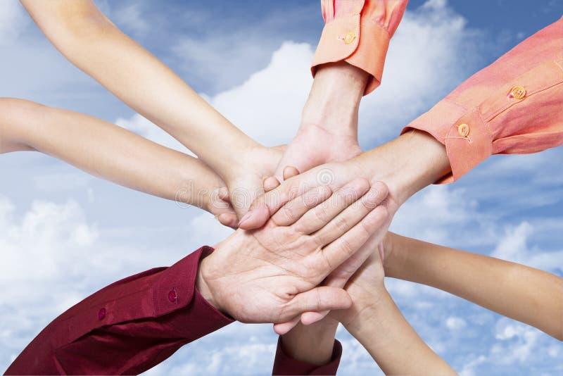 Download Het Commerciële Team Sluit Zich Aan Bij Handen Stock Foto - Afbeelding bestaande uit clasped, handen: 29508826