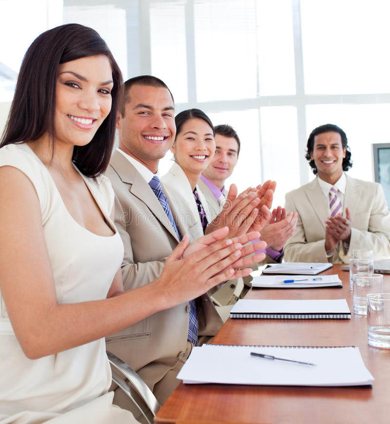 Het commerciële team toejuichen na een conferentie stock foto