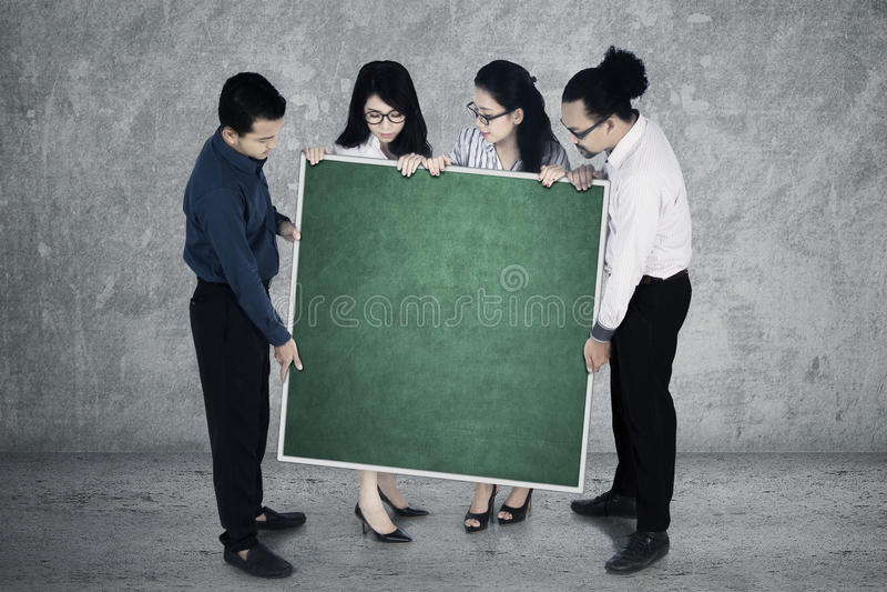 Het commerciële team toont leeg bord royalty-vrije stock afbeeldingen