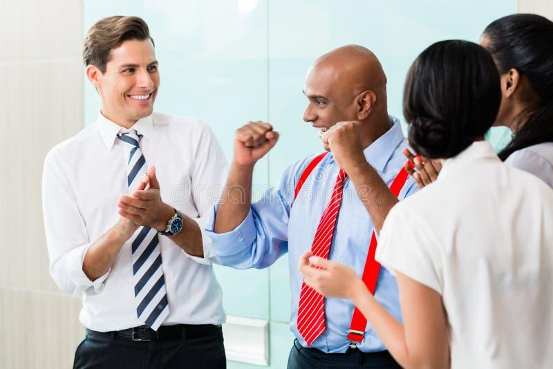 Het commerciële team vieren succes stock foto's