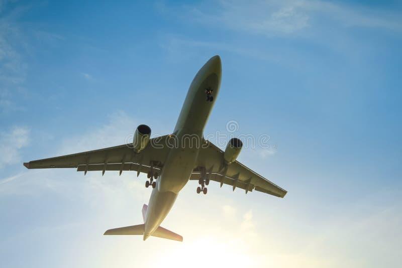 Het commerciële vliegtuig stijgt op royalty-vrije stock afbeelding