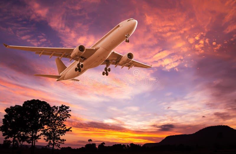 Het commerciële vliegtuig vliegen royalty-vrije stock foto's