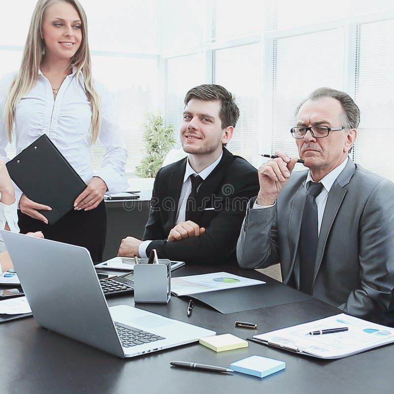 Het commerci?le team begint vergadering in het bureau te werken stock afbeeldingen