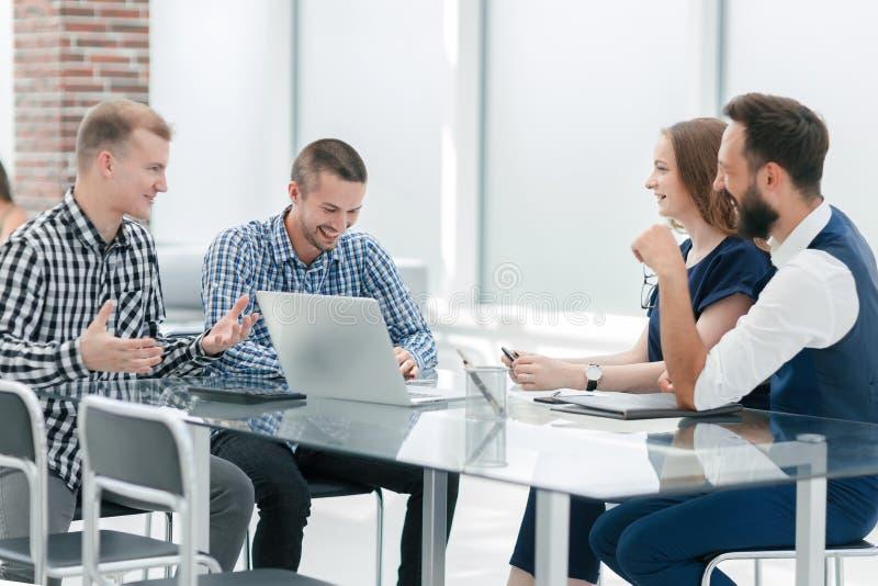 Het commerci?le team bespreekt een nieuw bedrijfsproject royalty-vrije stock afbeeldingen