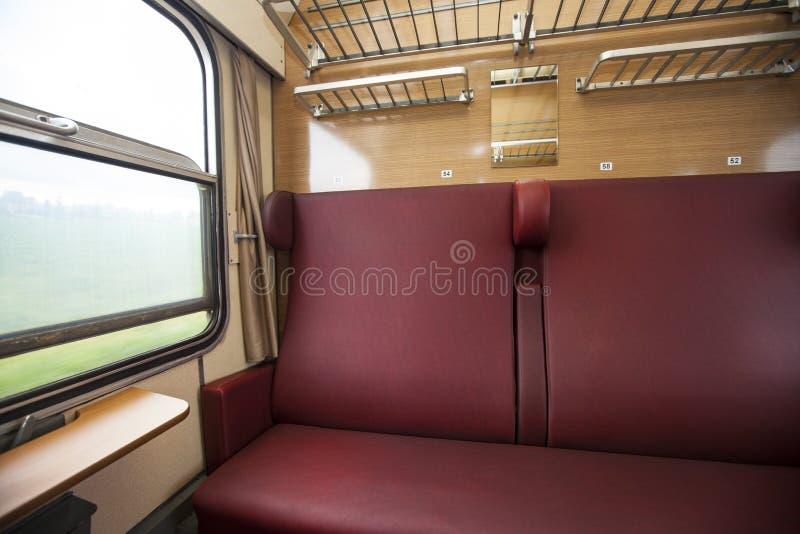 Het compartiment van de trein met rode zetels met de mening royalty-vrije stock afbeeldingen