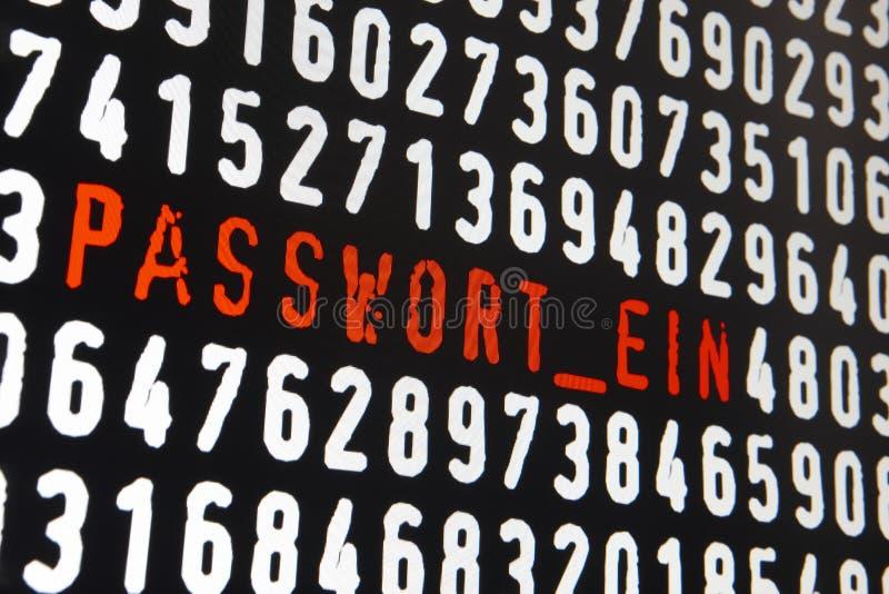 Het computerscherm met passwort ein tekst op zwarte achtergrond stock afbeelding