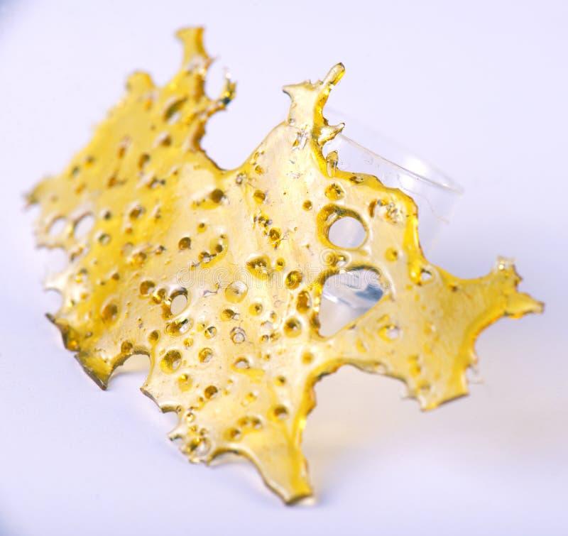 Het concentraataka van de cannabisolie verbrijzelt geïsoleerd stock foto