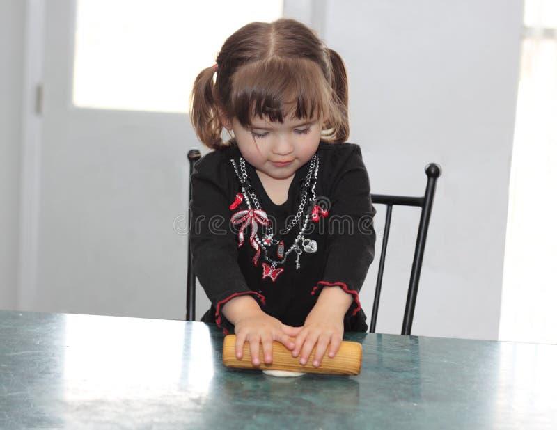 Het concentreren zich bij het Maken van een Tortilla stock foto