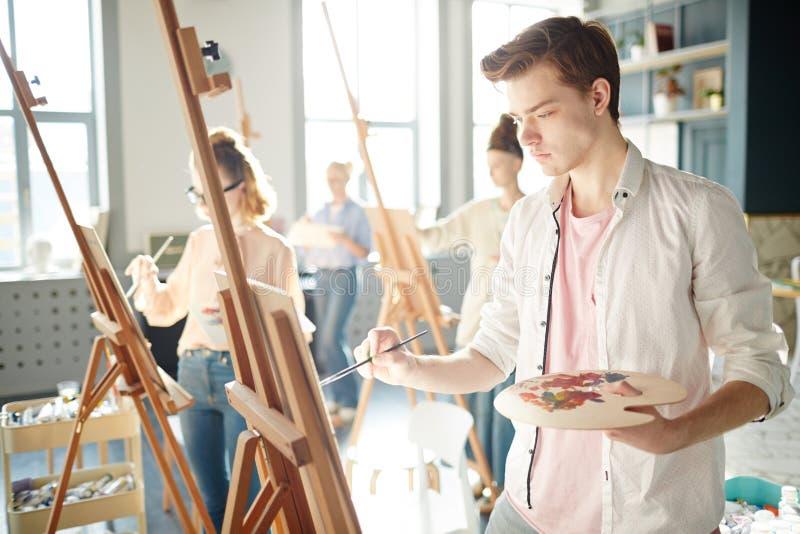 Het concentreren zich bij het schilderen stock afbeeldingen