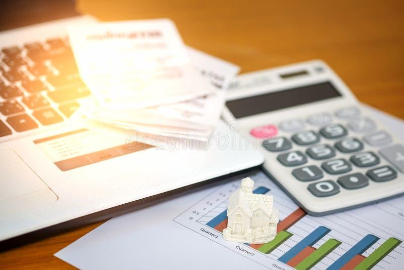 Het concept, berekent inkomen en uitgaven om een huis te kopen royalty-vrije stock foto