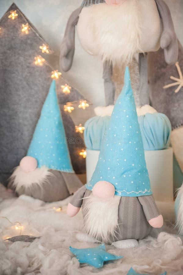 Het concept de Nieuwjaarvakantie Vele dwergen met Kerstbomen in een verfraaide het close-up en het exemplaarruimte van de Kerstmi stock fotografie