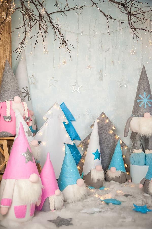 Het concept de Nieuwjaarvakantie Vele dwergen met Kerstbomen in een verfraaide het close-up en het exemplaarruimte van de Kerstmi stock foto's
