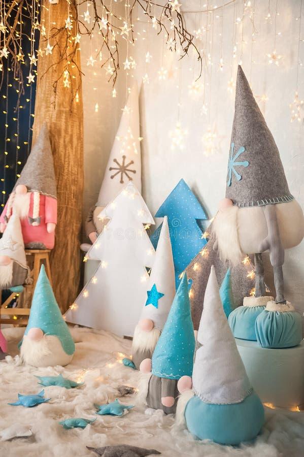 Het concept de Nieuwjaarvakantie Vele dwergen met Kerstbomen in een verfraaide het close-up en het exemplaarruimte van de Kerstmi royalty-vrije stock fotografie