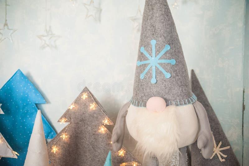 Het concept de Nieuwjaarvakantie Vele dwergen met Kerstbomen in een verfraaide het close-up en het exemplaarruimte van de Kerstmi royalty-vrije stock afbeeldingen