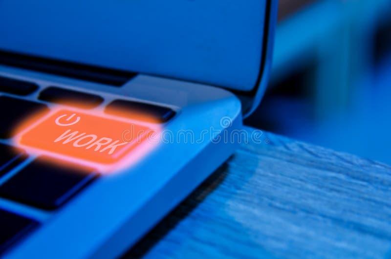Het concept de Programmeursbehoefte om een onderbreking of een rust te nemen, laptop backlight tikt detail met machtsknoop in royalty-vrije stock afbeelding