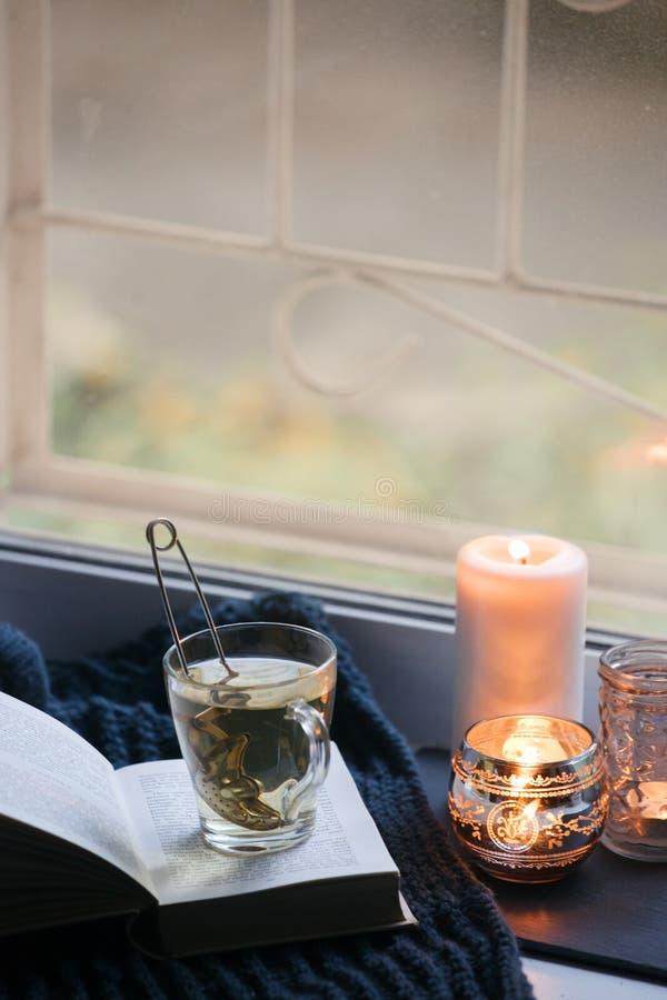 Het concept de tijd van de de herfstlezing en romantisch, hygge, sluit, mindfulness, Warm, comfortabel zetel geopend boek, het ru royalty-vrije stock afbeelding
