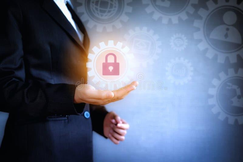 Het concept de zaken van het technologiepictogram Het bedrijfsvrouw werken met het virtuele scherm van de gegevensbeveiliging en  stock illustratie