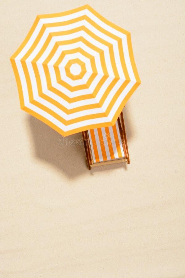 Het concept de zomervakantie Hoogste mening over een zonlanterfanter onder een paraplu op het zandige strand royalty-vrije stock foto's