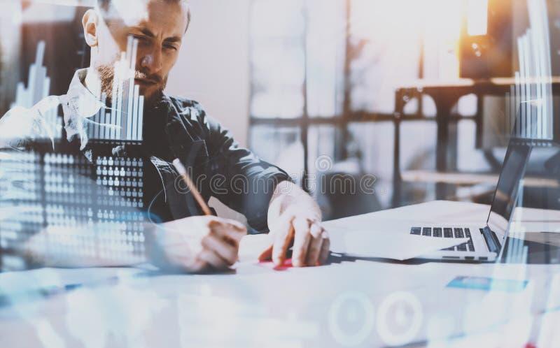 Het concept digitaal diagram, grafiek zet, het virtuele scherm, verbindingenpictogram om Jonge mens die op modern kantoor werken  royalty-vrije stock foto
