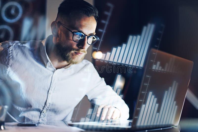 Het concept digitaal diagram, grafiek zet, het virtuele scherm, verbindingenpictogram om Jonge ondernemer die op modern kantoor w stock foto