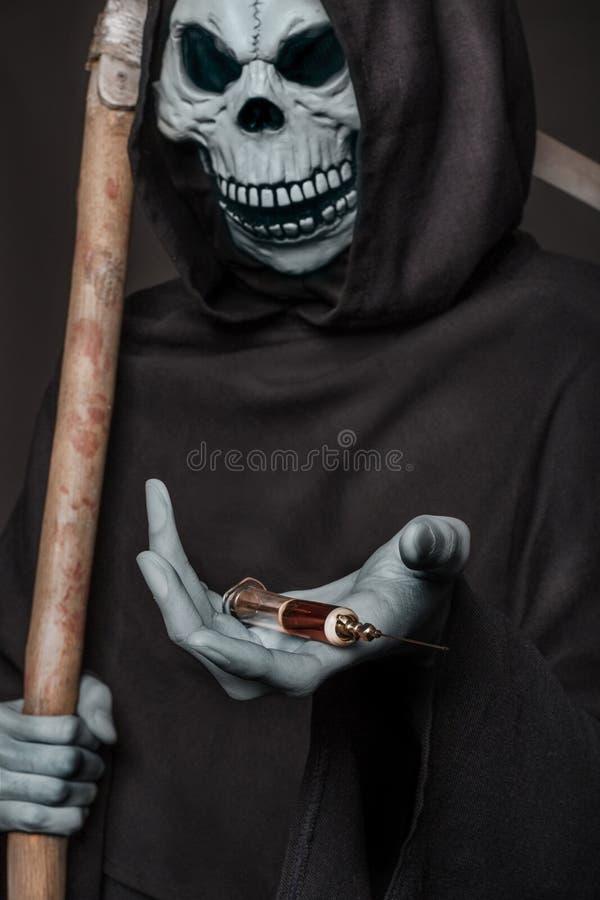 Het concept: drugsdoden Engel van de spuit van de doodsholding met heroïne stock afbeelding