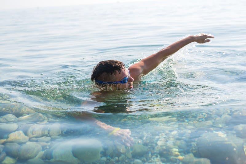 Het concept een actieve levensstijl: een mens zwemt in het zwemmen goggl royalty-vrije stock fotografie