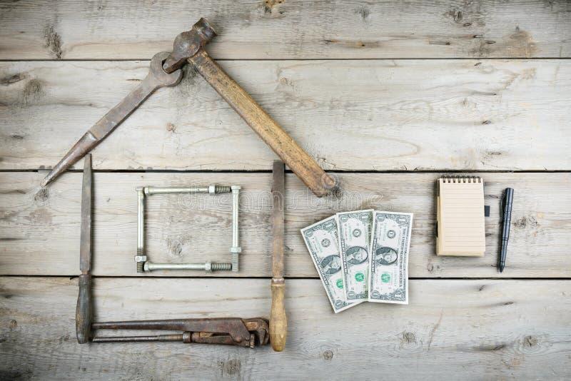 Het concept een huis in aanbouw Oude houten Desktop Oude roestige timmerwerkhulpmiddelen royalty-vrije stock fotografie