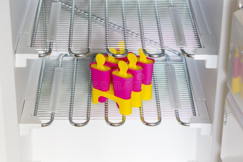 Het concept een nieuwe ijskast Roomijs in vormen in een steriele schone diepvriezer royalty-vrije stock foto's