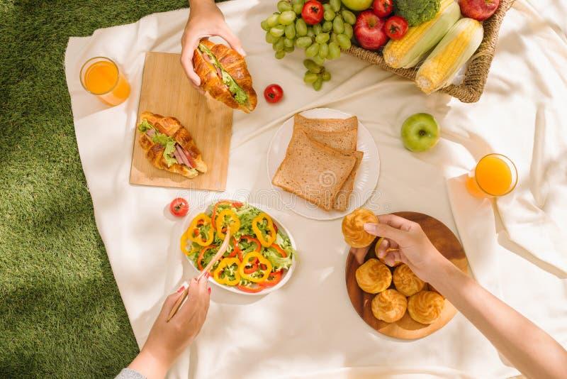 Het concept een picknick, de zomer en een rust stock afbeelding