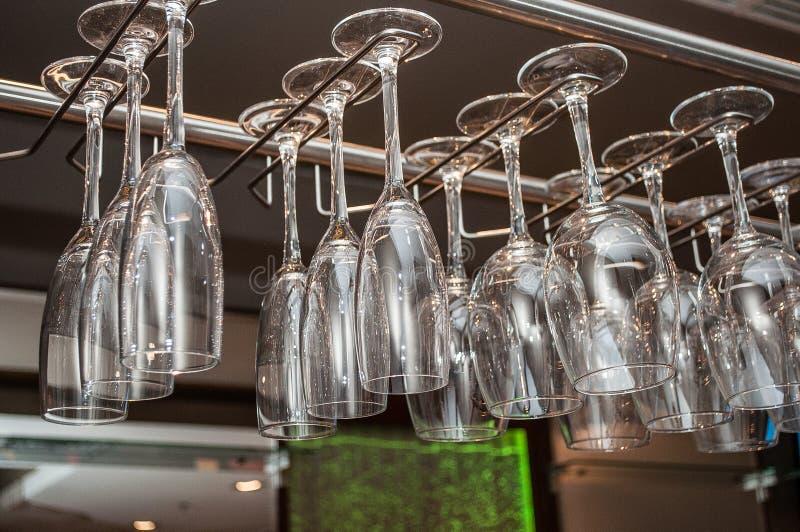 Het concept een vakantie en een rust glasheldere glazen voor een champagne draagt boven een barrek stock fotografie
