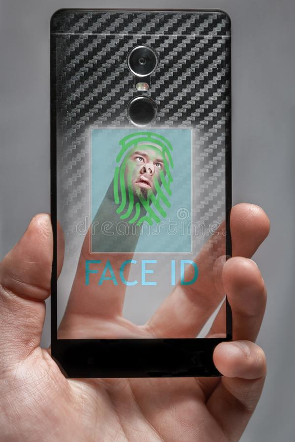 het concept gezichtsidentiteitskaart het gezicht op de vinger raakt de sensorbiometrie op het telefoonscherm stock foto
