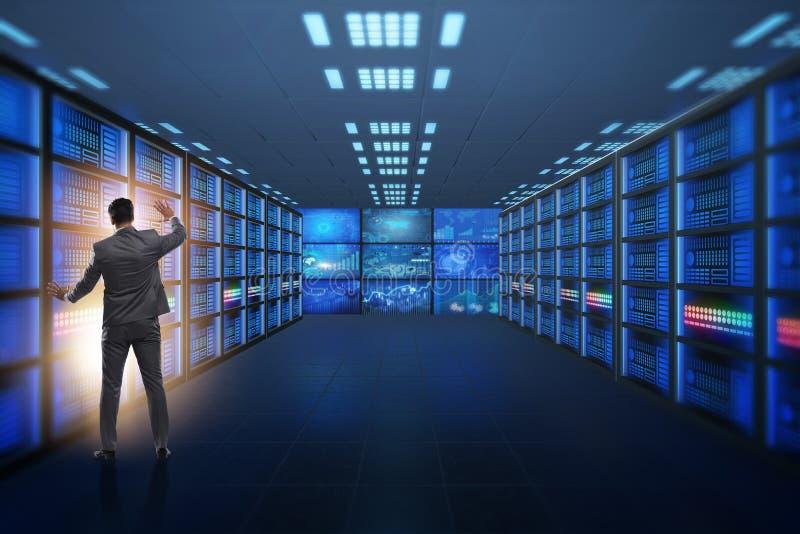 Het concept groot gegevensbeheer met zakenman stock foto