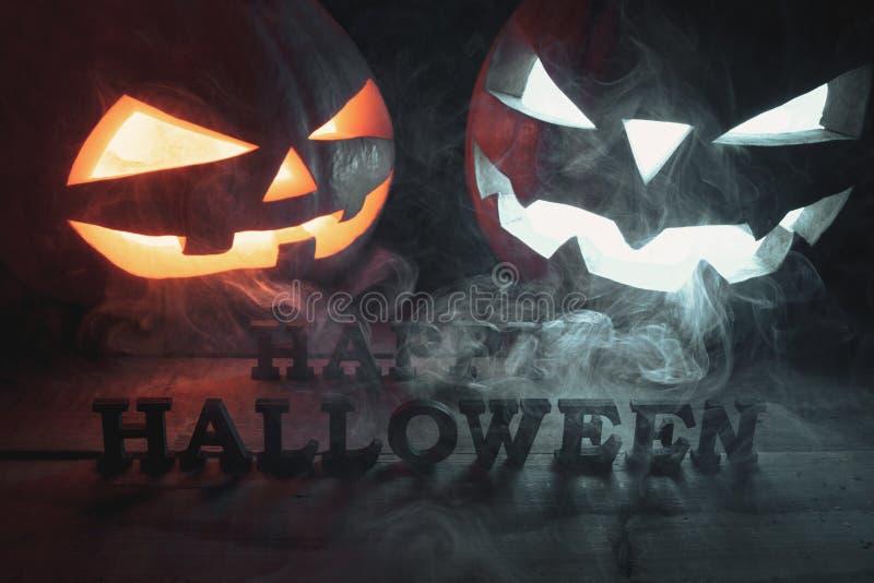 Het concept Halloween het gloeien twee oranje en blauw licht angr royalty-vrije stock fotografie