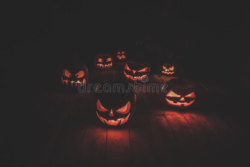 Het concept Halloween Velen het gloeien vurig licht boos eng p stock afbeelding